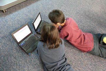 Kinder vor Notebooks